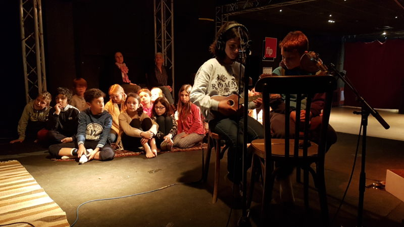 Des élèves enregistrant un instrument lors de l'atelier de Patrice Caumon pour les Poèmes Karaoké , organisé par Permanences de la Littérature