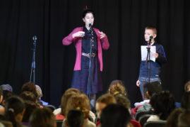 Les enfants aiment la poésie contemporaine.  Cinq classes de CM1 et CM2 du Libournais proposent sur scène leurs lectures préparées de textes contemporains.