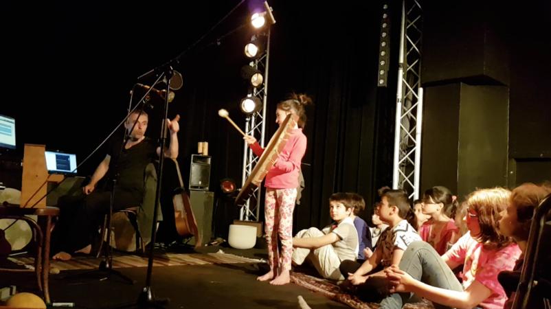 Élève jouant d'un instrument lors d'un atelier musical de avec Patrice Caumon pour le projet Poèmes Karaoké de Permanences de la Littérature