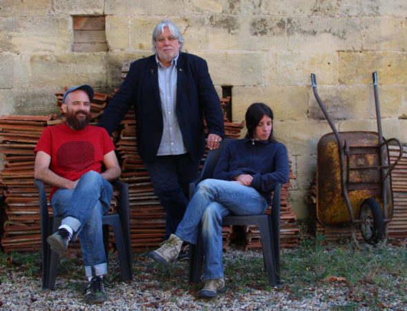 Trio littéraire et musical Lo polit mai - Claude Chambard, Emmanuelle Pagano et Matèu Baudoin prennent la pose pour le trio Lo polit mai, Le joli mai